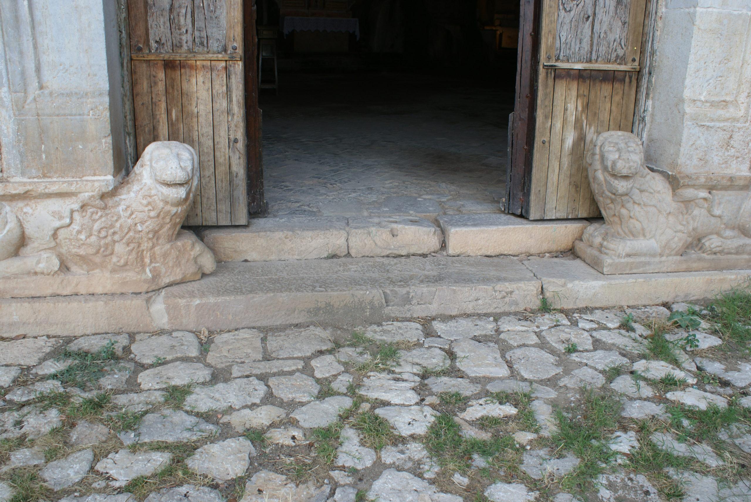 Particolare dell'ingresso della grotta di San Michele