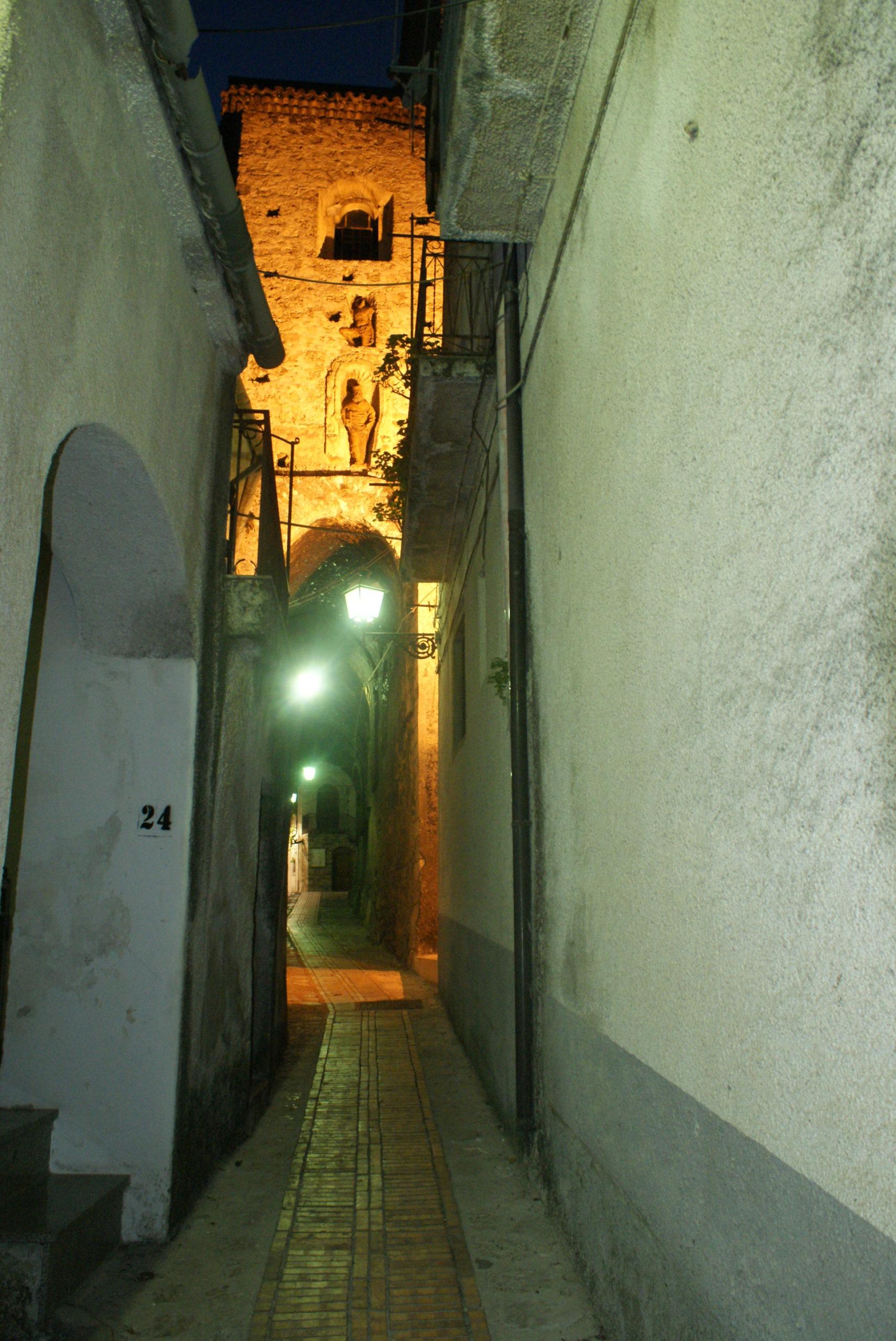 Sacco (Salerno)-veduta notturna del campanile della chiesa madre di San Silvestro