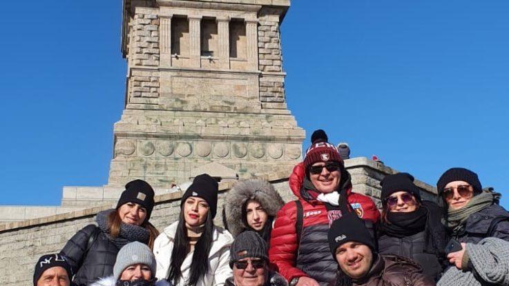 Con il gruppo di viaggio ai piedi della Statua della Libertà
