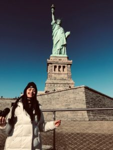 Tusista ai piedi della maestosa Statua della Libertà
